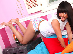 Nubile Jessie Marie massages warm lotion on her greedy pussyvideo