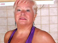 Blonde mature slut doing herself in the kitchenvideo