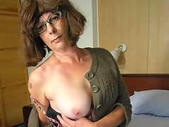 Shaved mature slut playing with a bananavideo
