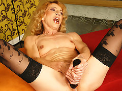 Kinky mama getting fisted by a horny babevideo