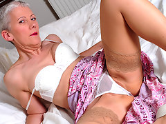 Naughty mature slut getting wild on bedvideo
