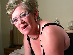 Mature Natalie loves to get wet on her bedvideo