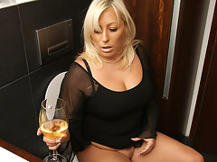Chubby blonde housewife getting wetvideo