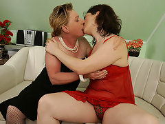 These two mature sluts love to share cock and cumvideo
