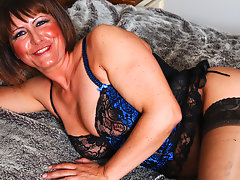 This mature slut loves to play with her pussyvideo