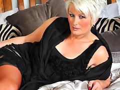 Horny mature Davina loves to get wet by herselfvideo