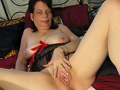 Kinky mama playing with herselfvideo