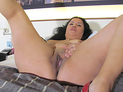 Kinky mature slut playing on her bed with a dildovideo