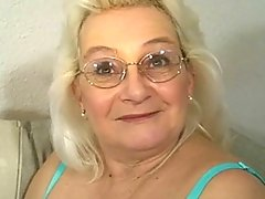 This older slut loves to knibble and suck cockvideo