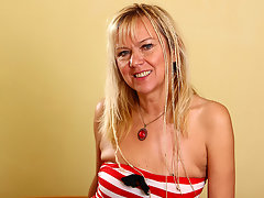 Mature housewife still likes to play with herselfvideo