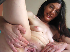 Horny mature Mercedes takes the hand on herselfvideo