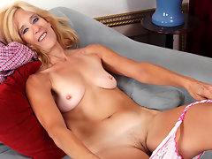 Sexaholic cougar turns therapy into a hot masturbation sessionvideo
