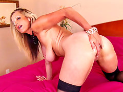 Blonde cougar Cassy Torri fingers her mature pussy doggystylevideo