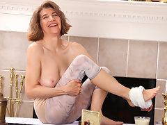 Mature mom achieves full body orgasm when she masturbatesvideo