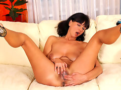 Anilos Chelsea pummels her shaved pussy with her fingersvideo