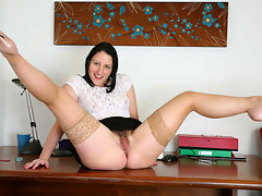 Playful milf Amber Lustfull uses a toy to make her hairy pussy squirtvideo