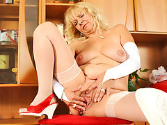 Hot gilf in stockings masturbates in a chairvideo