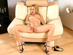 Super milf payton leigh plays with the rabbit for the first timevideo