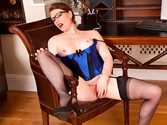 Office manager Holly Kiss masturbates in her glasses and lingerievideo
