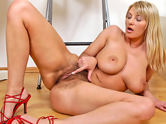 Voloptuous milf fingers her hairy pussyvideo