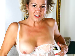 Anilos Vanessa rubs her hairy pussy on the floorvideo