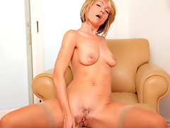 Soccer mom tenderizes her hairy pussy with a glass dildovideo
