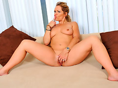 Thick blonde Anilos Kelly Leigh fingers her slippery fuck holevideo