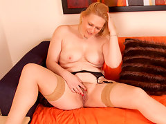 Curvy blonde Anilos babe pumps her pussy with a golden vibratorvideo