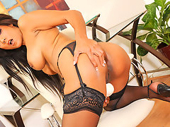 Lovely black cougar vibrates her clit with a magic wandvideo