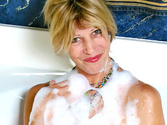 Wild cougar Rosetta gets off from the bath water splashing her pussyvideo