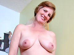 Anilos Ray Lynn fucks her mature granny pussy and ass with two toysvideo