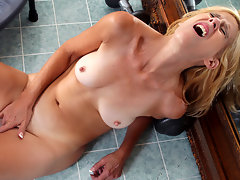 Athletic mom Skowshi works her craving cunt to orgasmvideo