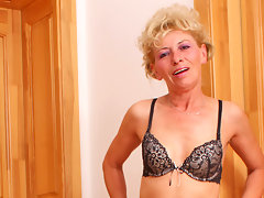Skinny blonde cougar Susan Lee masturbates on a bar stoolvideo