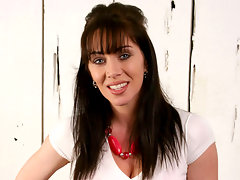Captivating anilos cougar rayveness fucks her dripping twat with a super long glass dongvideo