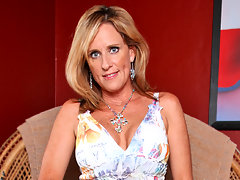 Busty cougar Jodi West uses a sex toy to fill her pussy holevideo