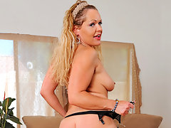 Thick bootied blonde cougar masturbates on the couchvideo