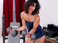 Naghty cougar masturbates after her intense workoutvideo