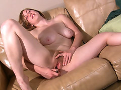 Natural curvy Jessica shoes off her gorgeous body before laying back on the sofa and fucking her warm pink hairy pussy.video
